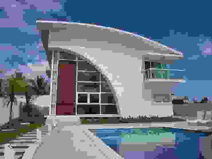 BUSCA VIDA 01 - Fachada e Piscina - Condomínio Buscaville, Busca Vida Casas modernas por CHASTINET ARQUITETURA URBANISMO ENGENHARIA LTDA Moderno Vidro
