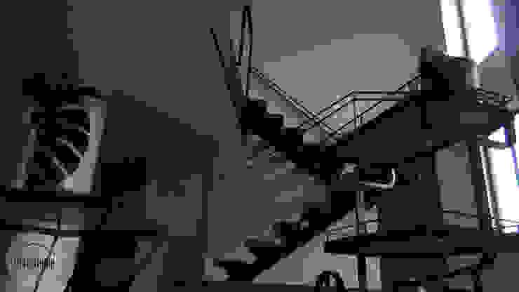 Casa del movimiento Pasillos, vestíbulos y escaleras industriales de DeftoHomeStudio INC Industrial