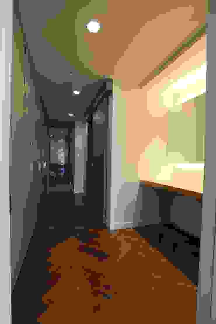 Modern dressing room by 디자인세븐 Modern