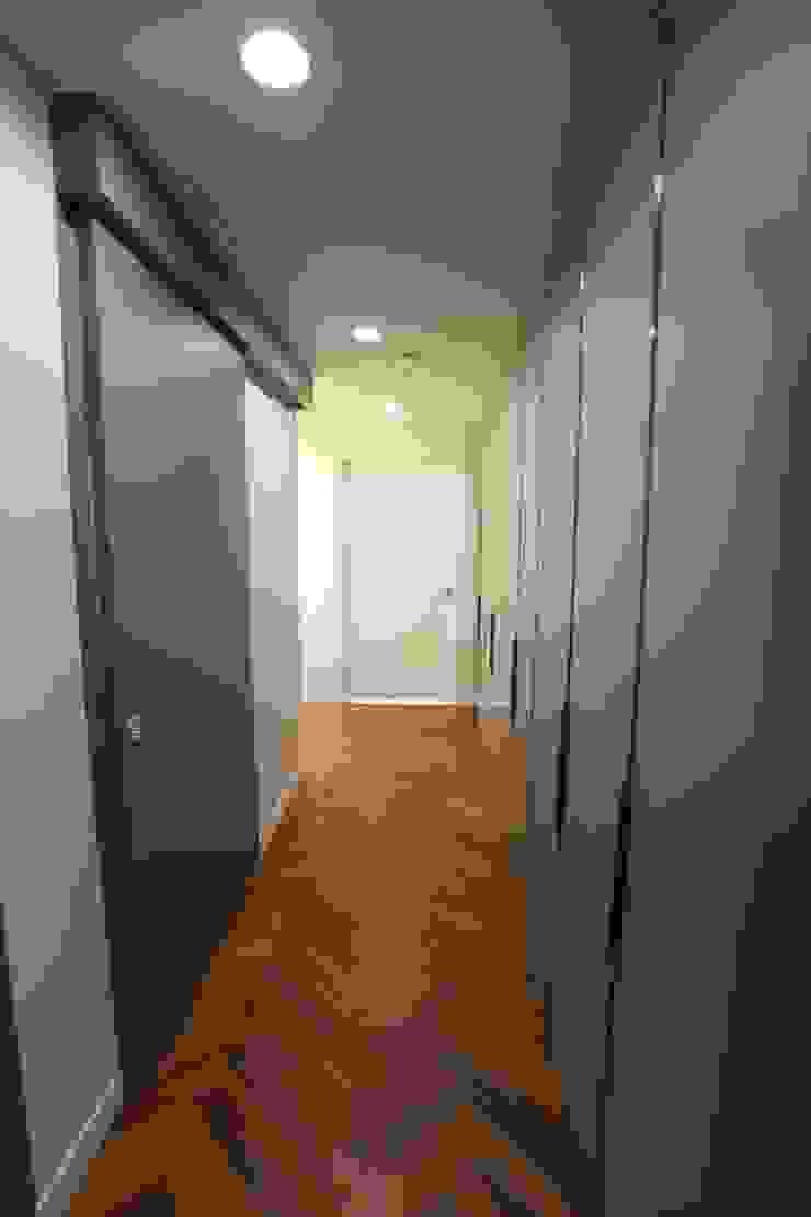Modern corridor, hallway & stairs by 디자인세븐 Modern