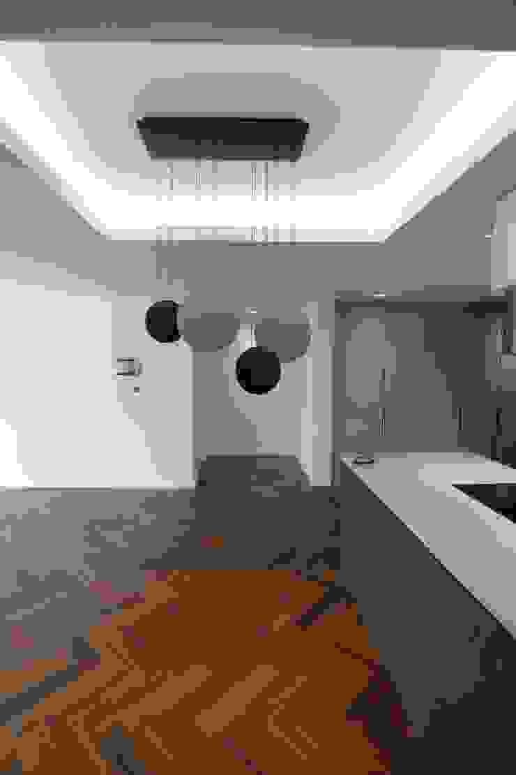 现代客厅設計點子、靈感 & 圖片 根據 디자인세븐 現代風