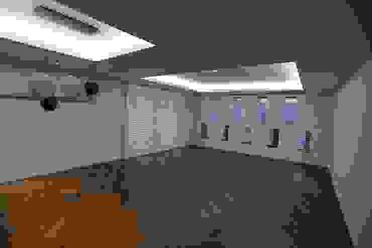 Salas de estar  por 디자인세븐, Moderno