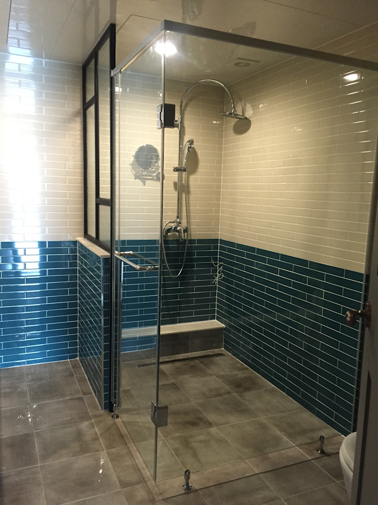現代浴室設計點子、靈感&圖片 根據 디자인세븐 現代風