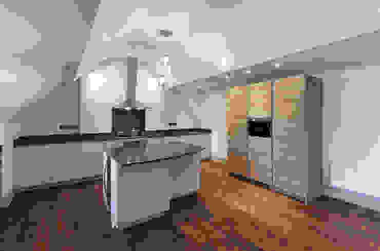 Calverley Park Moderne Küchen von Robyn Falck Interiors Modern