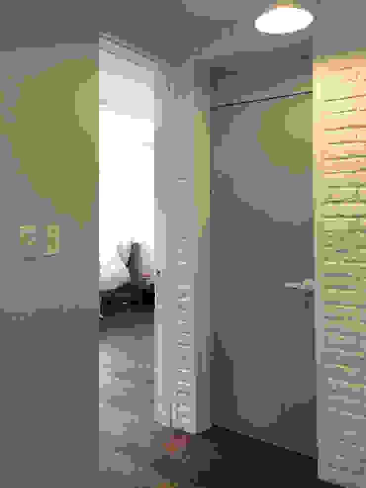Salas de estar modernas por mobcreative Moderno