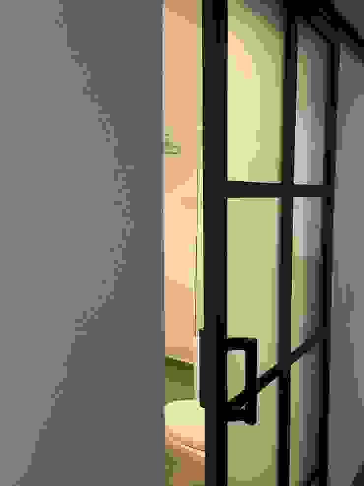 ReformaALT Baños de estilo industrial de DeftoHomeStudio INC Industrial Metal
