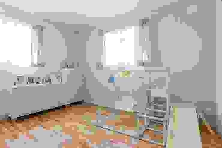 子供部屋 - LDKにキッズスペースのあるプロヴァンススタイルの家: ジャストの家が手掛けた子供部屋です。,