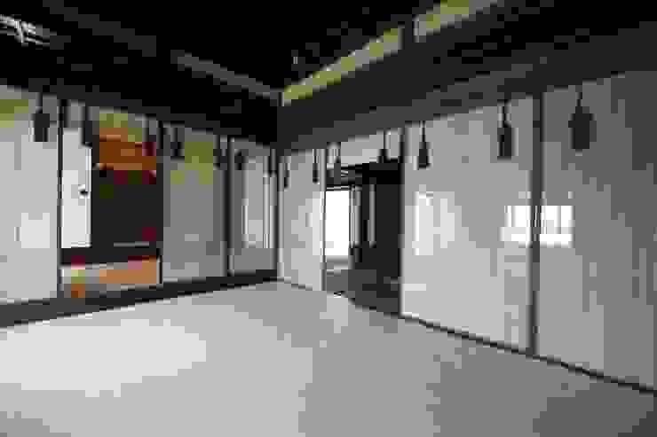 八女すだれ王朝 Yame Sudare Ohcho: 株式会社鹿田産業  SHIKADA SANGYO INC.が手掛けたリビングルームです。,