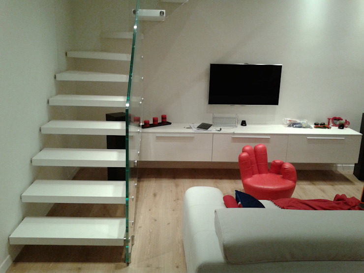 Couloir, entrée, escaliers modernes par scala design Moderne Bois massif Multicolore