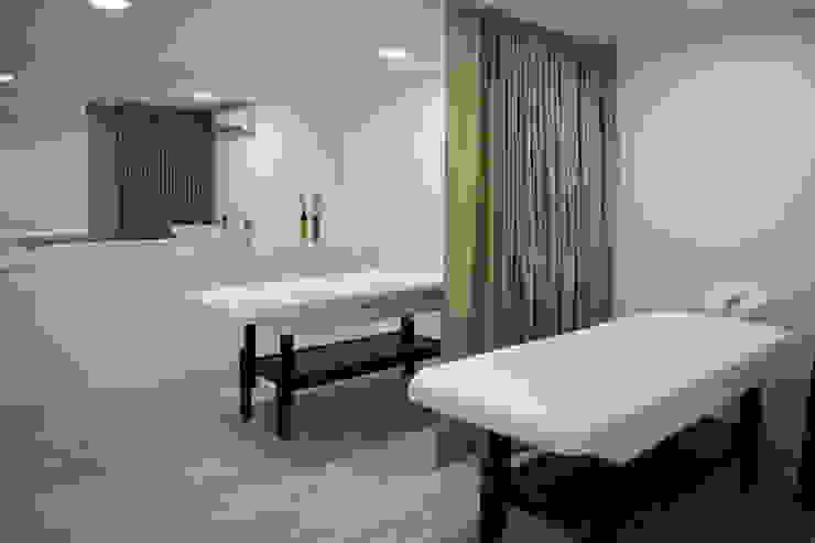 Sala de Tratamentos Espaços comerciais modernos por Tó Liss Moderno MDF