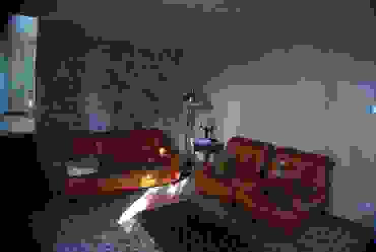 Velatura color sabbia per le pareti del salotto Ghirigori Lab di Arianna Colombo Soggiorno in stile rustico
