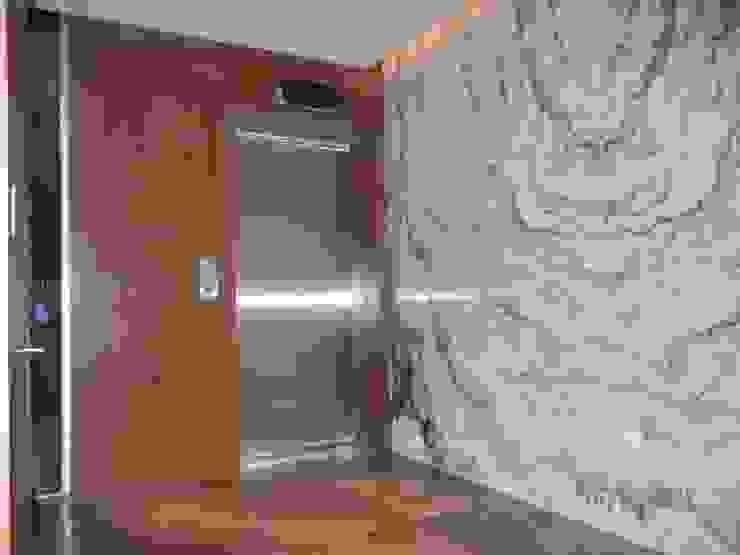 Interiores Depto. Torre Chipinque Pasillos, vestíbulos y escaleras modernos de galan arquitectos Moderno