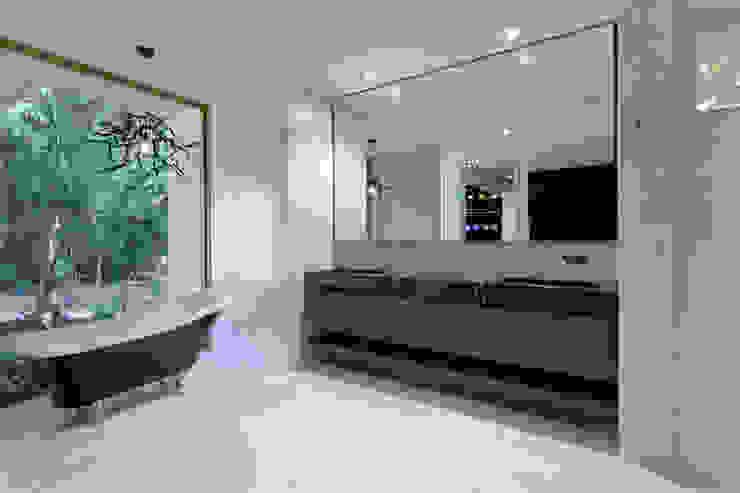 O tempo, as noticias, os emails, todos à distancia de um toque Casas de banho modernas por Glassinnovation Illusion Magic MirrorTV Moderno