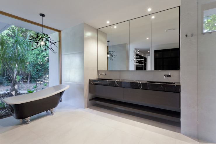 Possibilidades infindáveis de personalização. Casas de banho modernas por Glassinnovation Illusion Magic MirrorTV Moderno