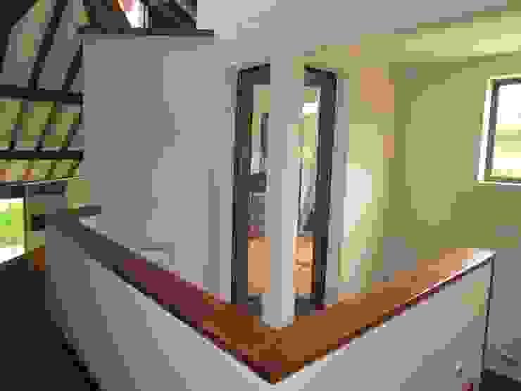 Pasillo Pasillos, vestíbulos y escaleras de estilo moderno de Arquitectura Madrigal Moderno