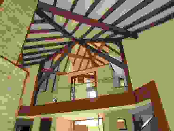 Vigas del techo Salas modernas de Arquitectura Madrigal Moderno