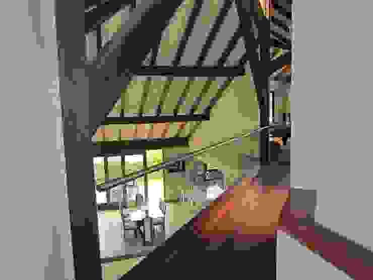 Vigas Pasillos, vestíbulos y escaleras de estilo moderno de Arquitectura Madrigal Moderno