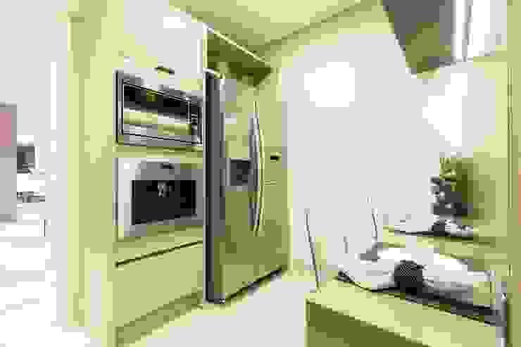 現代廚房設計點子、靈感&圖片 根據 Arquiteta Karlla Menezes - Arquitetura & Interiores 現代風