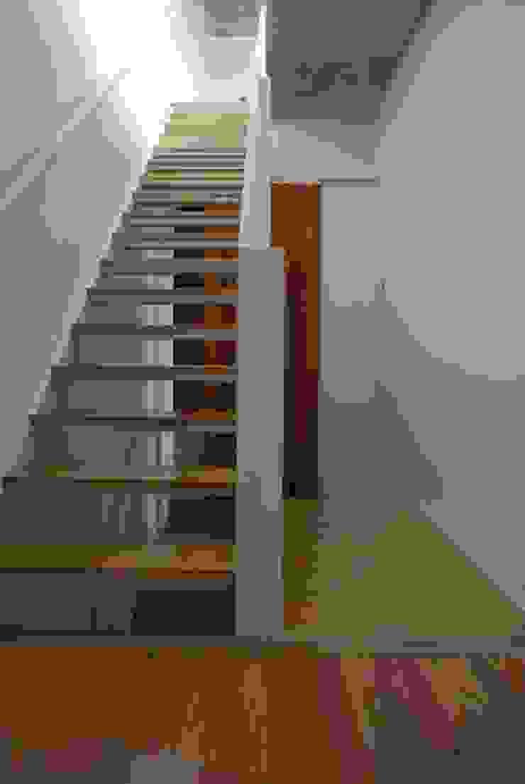 VOYF Pasillos, vestíbulos y escaleras modernos de RUKA Moderno