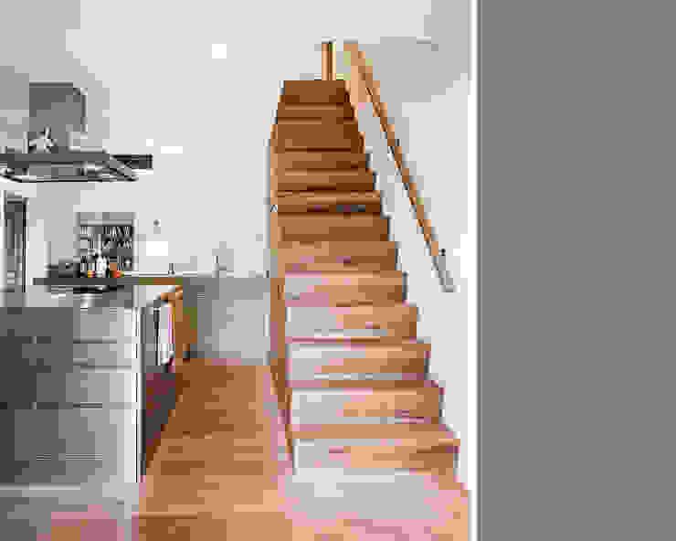 Pasillos, vestíbulos y escaleras rústicos de meier architekten zürich Rústico Madera Acabado en madera