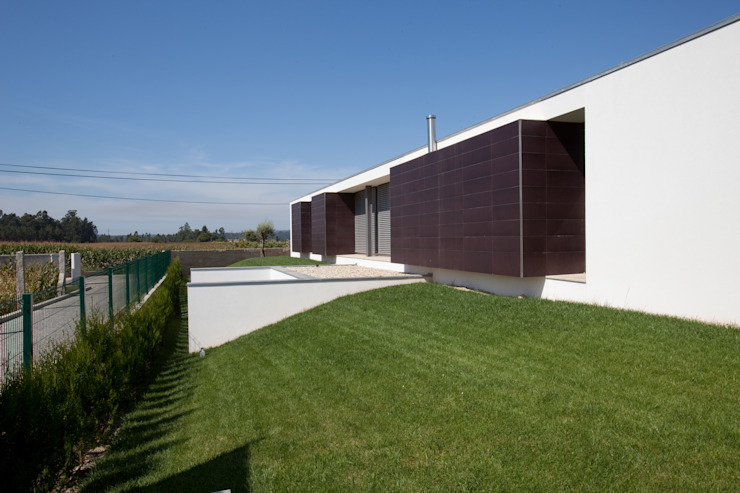 aaph, arquitectos lda. Modern houses White