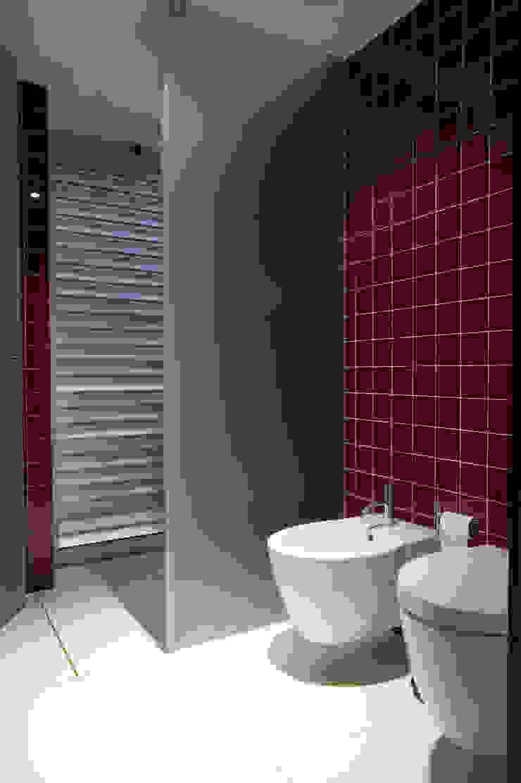 Baños de estilo moderno de aaph, arquitectos lda. Moderno