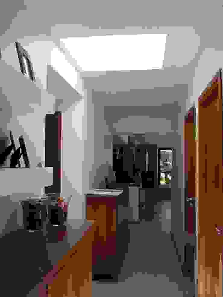 Port Ligat Pasillos, vestíbulos y escaleras modernos de Estudio Monica Fiore Moderno