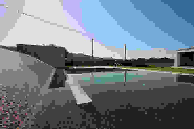 casa na Trofa: Piscinas  por aaph, arquitectos lda.,