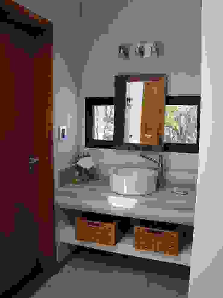 Modern bathroom by Estudio Monica Fiore Modern