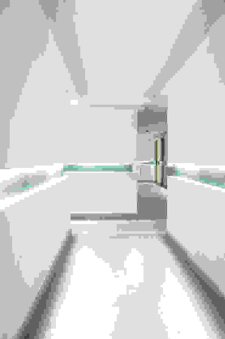 Skyview Ejercito Pasillos, vestíbulos y escaleras modernos de ARCO Arquitectura Contemporánea Moderno
