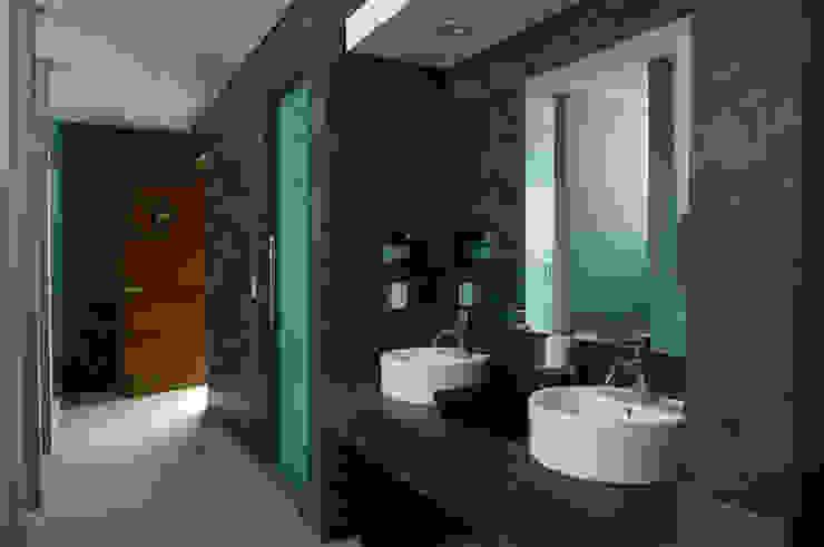 Skyview Ejercito Baños modernos de ARCO Arquitectura Contemporánea Moderno