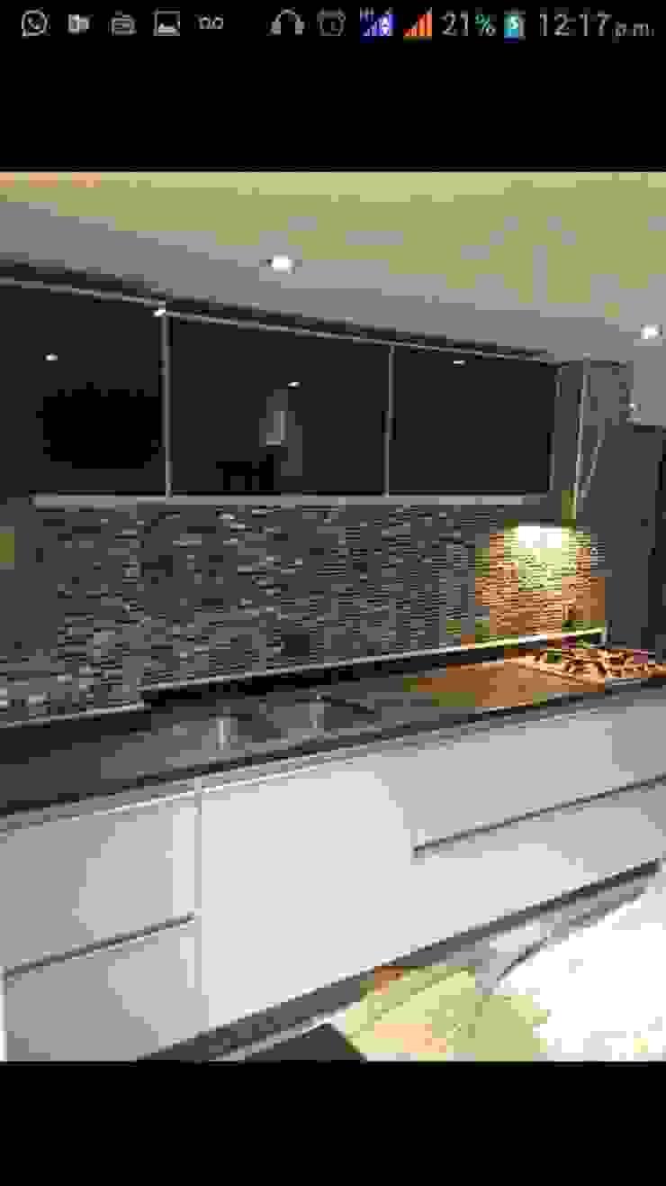Cocina con pared en piedra Cocinas modernas de Diseños & cocinas integrales - Divicocinas Moderno