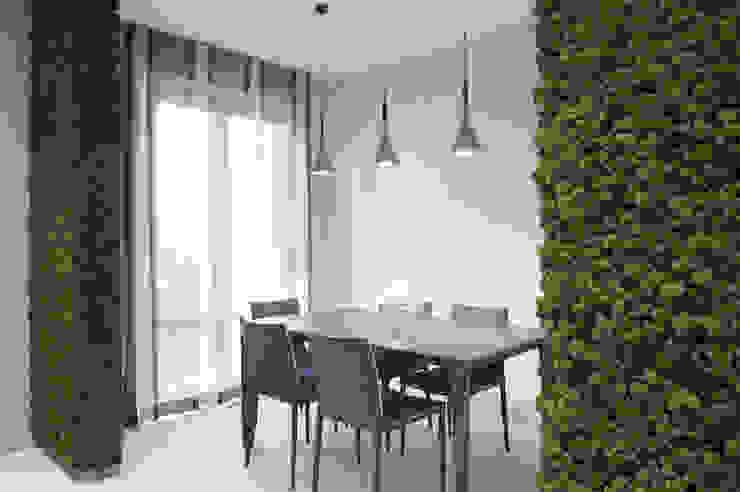 Zielone ściany z mchu w kuchni Nowoczesna jadalnia od BandIt Design Nowoczesny