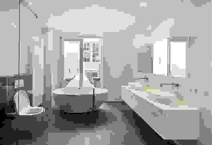 vanuit het bad uitzicht op de binnenhof .... Mediterrane badkamers van Architectenbureau Vroom Mediterraan