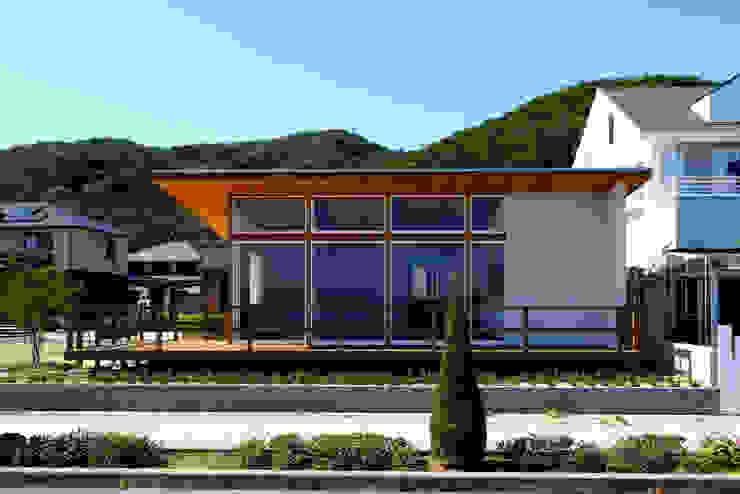 全面オーシャンビュー モダンな 家 の 青木建築設計事務所 モダン 砂岩