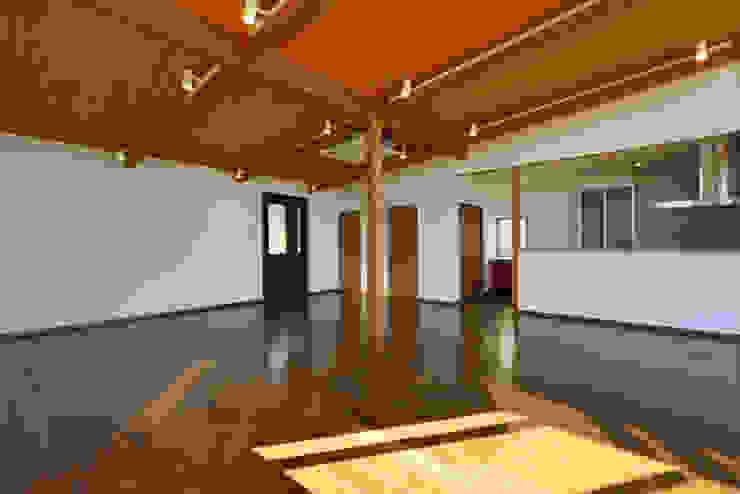 现代客厅設計點子、靈感 & 圖片 根據 青木建築設計事務所 現代風