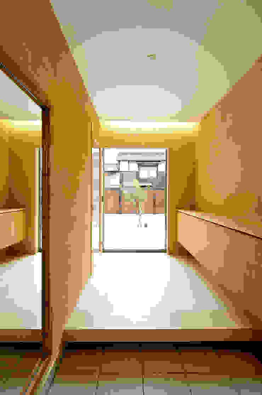 アウトリビングのある家 モダンスタイルの 玄関&廊下&階段 の 青木建築設計事務所 モダン