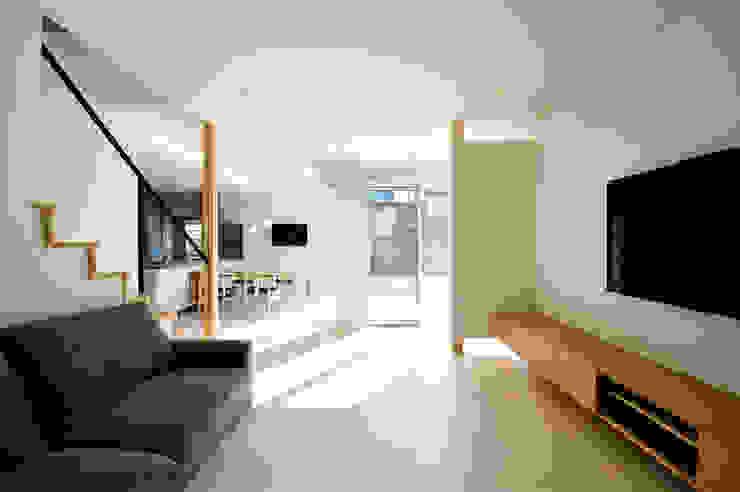 アウトリビングのある家: 青木建築設計事務所が手掛けたリビングです。,モダン