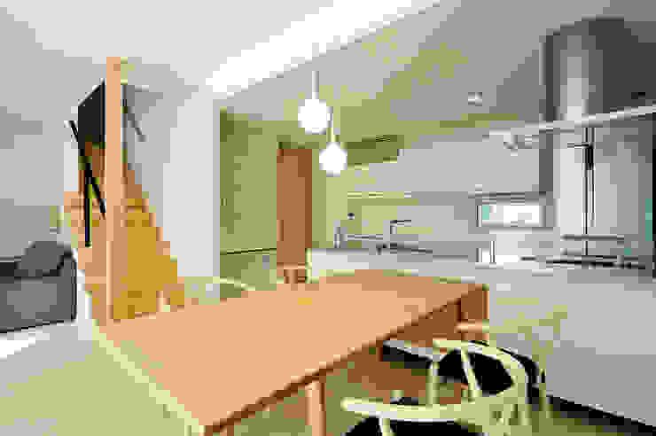 アウトリビングのある家: 青木建築設計事務所が手掛けたダイニングです。,モダン