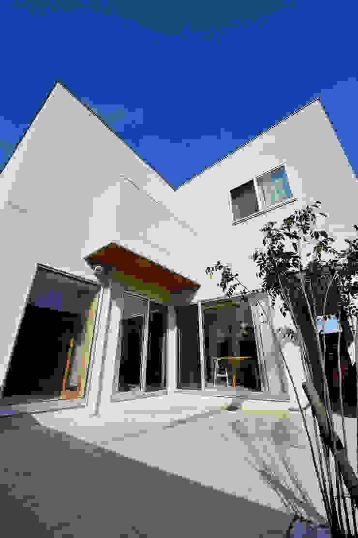 アウトリビングのある家 モダンな庭 の 青木建築設計事務所 モダン
