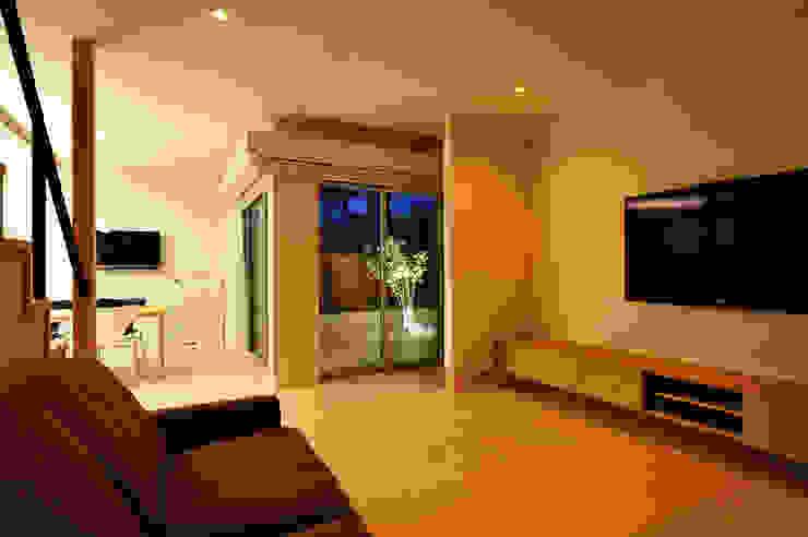 アウトリビングのある家 モダンデザインの リビング の 青木建築設計事務所 モダン