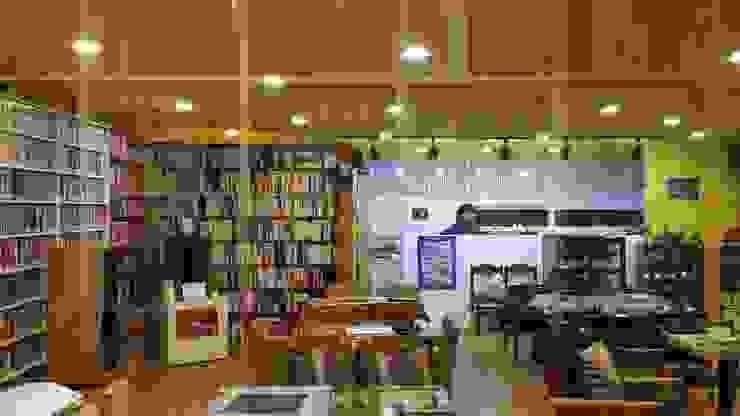 은퇴부부를 위해 지은 2층 컨테이너 카페주택: 신짱 칼라하우스의  거실