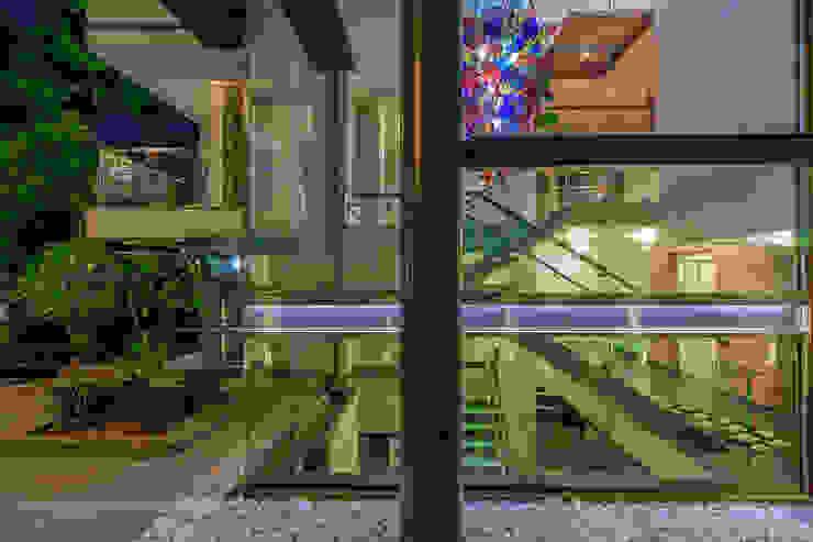 45 PURVI MARG APARTMENT Modern corridor, hallway & stairs by dada partners Modern