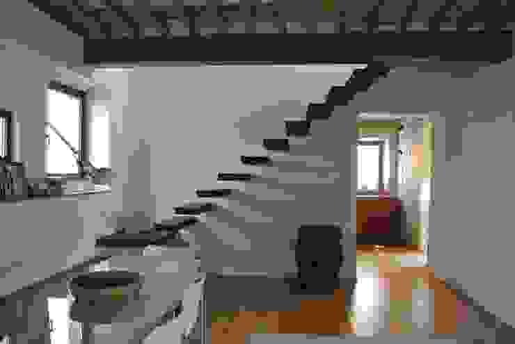 Corredores, halls e escadas modernos por Studio Sarpi Moderno