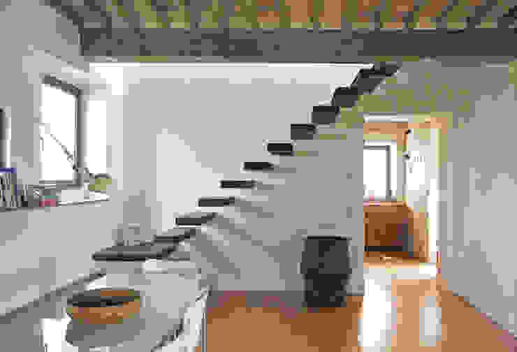 Pasillos, vestíbulos y escaleras modernos de Studio Sarpi Moderno