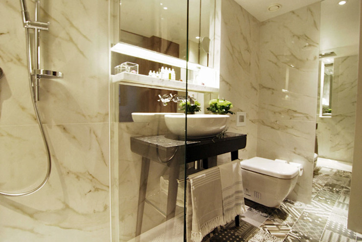 Stunning marble effect porcelain tiles add a toch of luxury to the luxury bathrooms at the Sherlock Holmes Hotel by Porcel-Thin Classic Marble