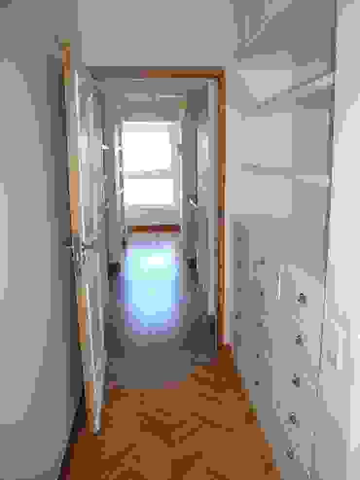 Modern corridor, hallway & stairs by Hargain Oneto Arquitectas Modern Wood Wood effect