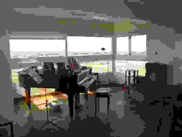 Piano en balcón! Livings modernos: Ideas, imágenes y decoración de Hargain Oneto Arquitectas Moderno Madera maciza Multicolor