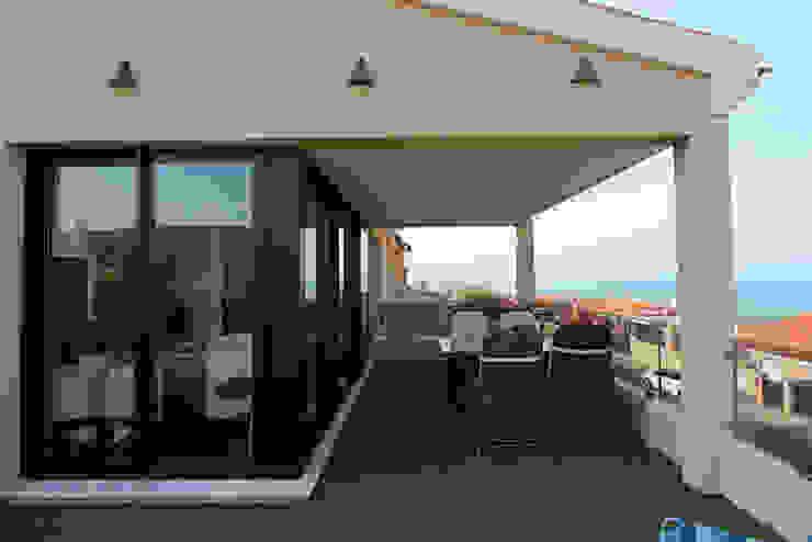 Reforma de vivienda con etiqueta de eficiencia energética A (Gran Alacant, Santa Pola) Balcones y terrazas de estilo escandinavo de Novodeco Escandinavo