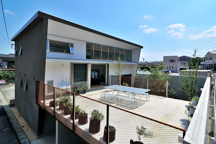 Modern style balcony, porch & terrace by 株式会社長野聖二建築設計處 Modern